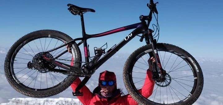 La primera mujer europea en subir al Kilimanjaro en bici
